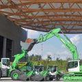 绿色利勃海尔挖掘机和装载机