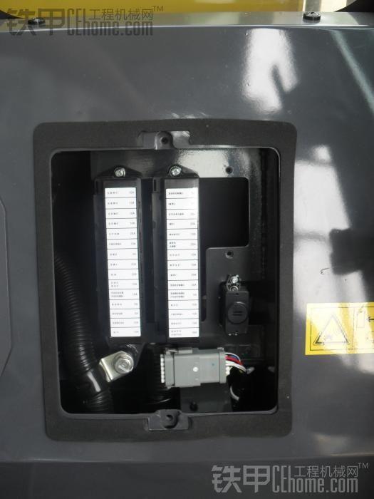 杂谈图库 69 小松380z-6    座椅后面的电箱,有图标的是保险丝盒