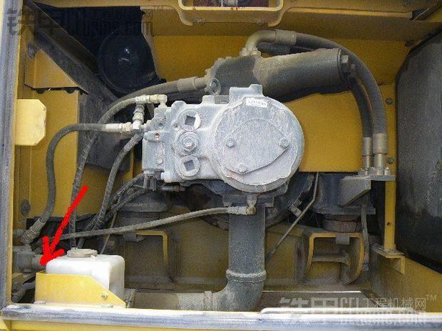 E02、PC-EPC系统 小松挖掘机在使用过程中出现PC-EPC控制系统异常的故障 成因一:燃油操纵杆没有回到停止位置,发动机却停下来。当负荷急剧增大时,发动机停可能的原因是 1.液压泵调整器故障。 2.电磁阀故障。 3.相关线路断线,接触不良或接地。 解决方案: 1.检修液压泵调整器 2.