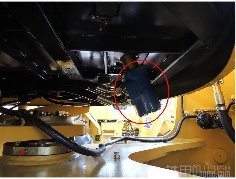 的示意图,在机械式转向系统的基础上,人们开发了液压助力转向系统,操作手转动方向盘,通过连杆机构推动转向控制阀,转向泵输出的油液经过转向控制阀进入到转向油缸中,转向油缸带动连杆机构,推动轮毂,从而实现形式方向的偏离。这种转向方式在一般意义上降低了操作手的劳动强度,实现液压控制转向。在小吨位的转载机上很容易实现,但是随着装载机行业的发展,整机吨位越来越重,转向系统需要的流量和压力也越来越大,此时由于液动力的影响,推动转向控制阀的阀芯需要的力越来越大,从而导致转动方向盘的力量也越来越大,限制了液压助力转向系统的