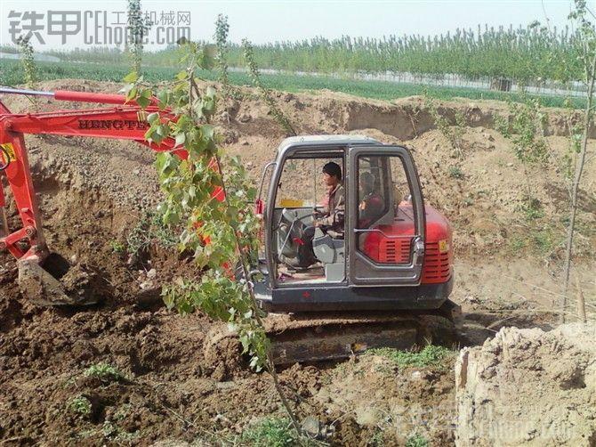 恒特70轮式挖掘机装车视频
