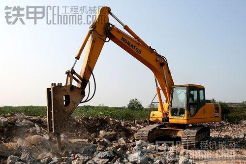 挖机翻车事故-挖掘机破碎锤的正确操作方法和破碎锤的保养