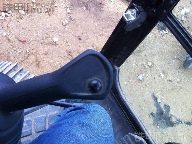 我们这款307带有推土铲,外加3W,设计很不合理稍微带点土就磨屁股了,顺便说一下,小铲带有悬浮功能,这个开铲车的甲友应该懂得,个人用着很不习惯 最后概括一下这307E最新款,配置简单动作谈不上很快,力气也没什么明显。动作很不协调,手柄沉(卡特通病)油耗还算可以,工地活一小时25到30吧,五个半油门干重活一小时40。以上纯属个人观点!甲友还有何疑问请留言.