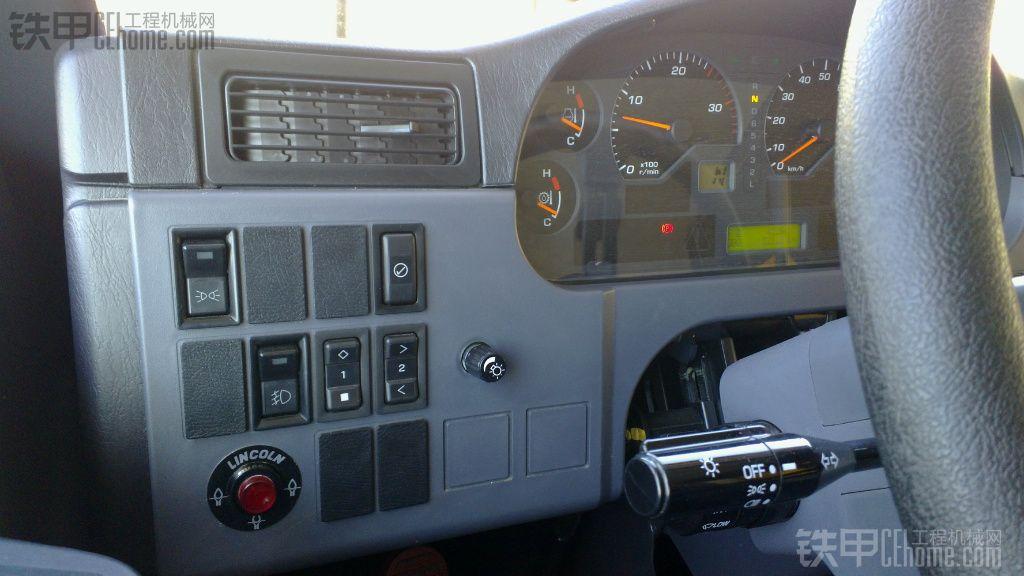 右面面板控制开关有.(危险警示闪烁灯开关) 红色圆圈按钮是( 紧急转向开关) 关键的按键来啦 (ASR 防侧滑开关) 与(自动减速开关) .(发动机启动减转速开关) 最关键的是举重按键开关(动力模式选择器开关) 此开关的作用如按下.耗油量大幅提高.超车动力爬坡能力大幅提升一个档次.CAT没这设置.