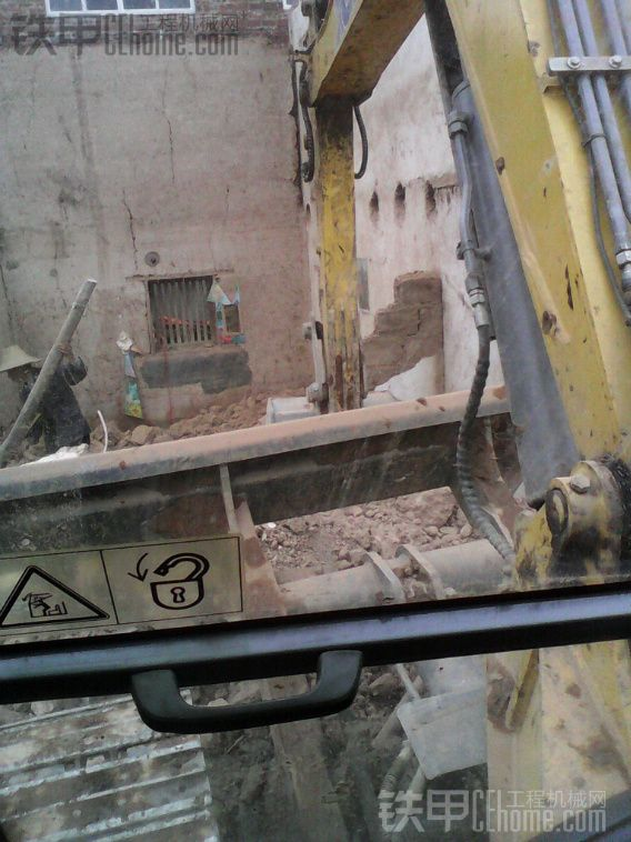 拆房子 挖地基,,,,老板承包的 1600块。。。把泥巴装车出去 再挖地基,,,唉 车子接不上啊。。。。 一起搞了 6 7 小时,,, 烧油 160左右吧。。。。 刚刚好够得着