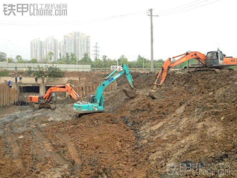 10LC 5G挖掘机工地装车