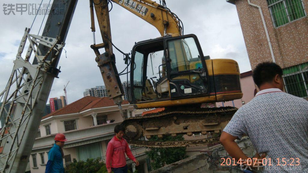 看我cat卡特311cu挖掘机,从楼上干掉两层楼房.