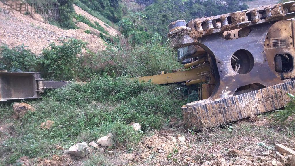 挖掘机翻车事故 卡特320C